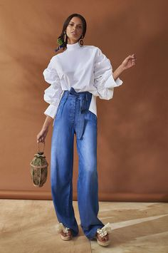 Silvia Tcherassi Resort Collection Wide leg jeans with high waist are definitely one of the fashion trends for summer Would you wear these cool pants? Fashion Trends 2018, Fashion News, Fashion Outfits, Womens Fashion, Look Street Style, Denim Trends, Facon, Mode Style, Fashion Advice
