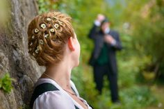 Wunderschönen Blumenschmuck im Haar der Braut Wedding Poses, Bride Groom, Pearl Earrings, Pearls, Jewelry, Fashion, Wedding Bride, Mariage, Flower Jewelry