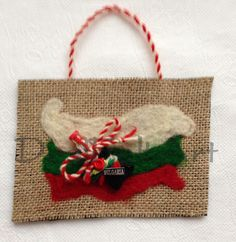 Мартеници - Вълна - Пано Baba Marta, Wire Jewelry, Christmas Stockings, Burlap, Kindergarten, Projects To Try, Reusable Tote Bags, Traditional, Holiday Decor
