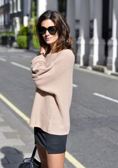 Street style. Cacao oversized sweater, skirt and flat boots.