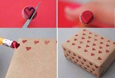 Herzchen aus einem Radiergummi schneiden und ein Packpapier bedrucken. Oder was Anderes!