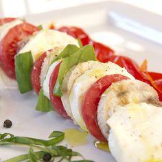 Caprese di pesce spada fresco: 400 g di pesce spada, 400 g di mozzarella di bufala, 4 pomodori a grappolo, basilico fresco, olio extravergine d'oliva, sale Maldon e pepe q.b. #Wonderfooditaly #FrancescoBruno