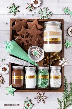 Werbung / DIY Weihnachtsgeschenk Cookie Decorating Kit DIY Plätzchen Set #bastelnweihnachten #diyweihnachten #weihnachten #plätzchen #geschenkideen #cookiedecorating #cookiedecoratingkit #brother #ptouch #geschenkeausderküche Diy Christmas Baskets, Christmas Goodies, Diy Christmas Gifts, Christmas Baking, Set Cookie, Cookie Gifts, Box Deco, Gingerbread House Kits, Cookie Decorating Party