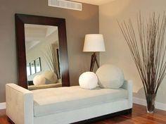 Colocar un espejo enfrente de la ventana u orientado a un foco de luz artificial hace que se duplique la luminosidad de tu salón, además de darle un efecto de amplitud con sensación de profundidad. Un pequeño truco es ponerle un marco de madera y una pequeña planta al lado
