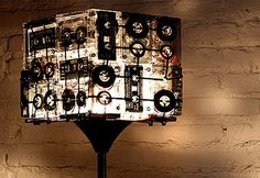 Upcycling: Stehlampe aus alten Audio-Kassetten