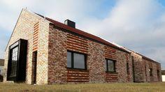 Pierwszym pomysłem była przebudowa: stara murowana stodoła miała stać się nowoczesnym domem. Jednak ze względów technicznych okazało się to niemożliwe. Dawny budynek stał się źródłem materiałów budowlanych i piękną inspiracją dla nowoczesnej bryły współczesnej mieszkalnej stodoły.