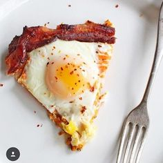 Hello everyone! Kendra here from @paleopaparazzi, I hope you having an egg-tasic day! If you've done a round of Whole30 before, you know that eggs can save the day many a time! They can also get a little boring sometimes, so I try to find fun & interesting ways to eat them! I like to call this one the breakfast slice, but really it's good any time of the day! . BREAKFAST SLICE . Directions: . Step 1: Fill an 8 inch frying with 2-3  compliant bacon strips, & cook to your liking. . Step 2…