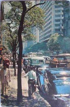 AV RIO BRANCO 1960 - Já que é segunda feira, e foi dia de trabalho, então vamos de Av Rio Branco, anos 60. O fotógrafo, não foi por acaso que escolheu o angulo para mostrar o carro estacionado, especulo ser um Rolls Royce. O local me parece esquina da Rua São José. Estou postando também em Rio Antigamente: http://www.flickr.com/photos/rioantigamente/ André Costa - Fotolog