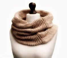 Uno scaldacollo a maglia ha doppia funzione - fa sie da sciarpa che da cappello quando il freddo vi sorprende quando ormai siete uscite da casa. Basta infilarlo in testa! Scaldacollo è accessorio deco