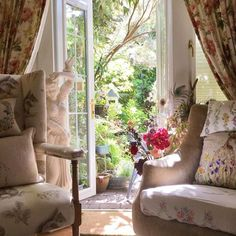 Tons to do, happy Friday everyone 🌸 Country Living Uk, Country Decor, Cottage Living Rooms, Cottage Interiors, English Cottage Style, English Cottages, English Interior, Romantic Room, Rose Cottage