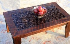 • Ce beau mélange de tuile et bois crée une partie dune table basse genre sûre…