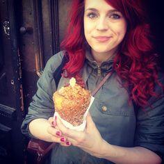 Okay also ein geiles Brot in Eiswaffelform wird gefüllt mit Käsesauce, Chilis, Würsten und Salat = KOLBice