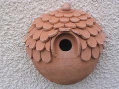 Nichoirs en Terre Cuite Plus Plus Terrakotta-Nisthäuser Mehr Mehr Ceramic Houses, Ceramic Birds, Ceramic Clay, Hand Built Pottery, Slab Pottery, Ceramic Pottery, Ceramics Projects, Clay Projects, Clay Crafts
