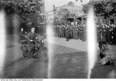 Leden van de Binnenlandse Strijdkrachten staan aangetreden in het centrum van Den Haag (mei 1945)