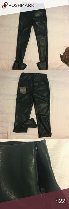 faux leather pants Forever 21 👜👢💋ziper shin faux leather pants Forever 21 has never been used has a small defect in the zipper Forever 21 Pants Skinny