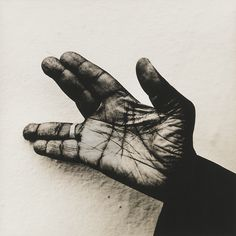 Hand of John Lee Hooker photographed by Anton Corbijn (1994), fingers, gesture, photograph, photo b/w.