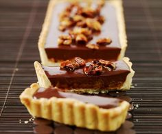Dessert de Cyril Lignac : Tarte au chocolat et cacahuètes caramélisées Sweet Desserts, Dessert Recipes, Pasta Recipes, Chefs, Cake Pop Designs, Rhubarb Tart, French Patisserie, Thermomix Desserts, Chocolate Delight