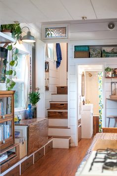 Be Inspired by This Tiny House Designed and Built by a Single Mom - - A Bay Area single mom priced out of the rental market takes matters into her own hands and constructs a tiny home for herself and her teenage daughter. Best Tiny House, Modern Tiny House, Tiny House Plans, Tiny House Design, Tiny House On Wheels, Tiny House Company, Tiny House Listings, Tiny House Movement, Tiny House Storage