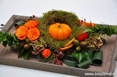 Arrangement Pumpkin on a bed of moss . Tropical Floral Arrangements, Christmas Floral Arrangements, Fall Arrangements, Flower Centerpieces, Flower Decorations, Christmas Decorations, Ikebana, Vegetable Design, Deco Floral