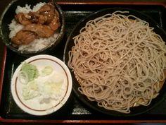 丁度、時間も良いので晩御飯。 渋谷駅構内のお蕎麦屋さん。 「しぶそば」で週がわりのメニューの豚丼と盛り蕎麦のセット。なんと¥580。 確か昔は二葉って名前だったような… 笹塚在住の頃は常連客でした(^-^)