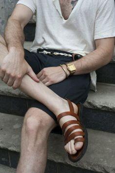 As sandálias masculinas combinam muito bem com bermudas e camisetas leves.