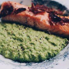 Se det här fotot av @wildstrawberriesandlavender på Instagram • Favorite quick lunch 😊 Green peapuree with salmon and crispy bacon. A recipe from @nigellalawson  #peapuree #salmon #bacon #ärtpure ärtpuré lax miiaolsen marslammet lowcal lowcarb Kycklingbacon kalkonbacon fishfood gröna ärtor MyRecipe byolsen knaperstekt