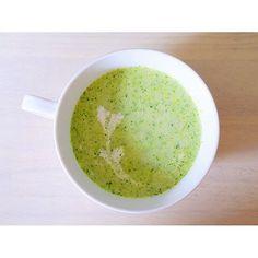 mahogrd2. おはようございます  ブロッコリーのスープです 暖かくても冷たくても美味しい もう少しサラサラなスープにしたい場合は 水、牛乳、コンソメスープで調節ください . ■材料(2人) ブロッコリー 1/2個 タマネギ 1/2個 コンソメキューブ▲ 1個 水▲ 100㏄ 牛乳 200㏄ 塩胡椒 少々 . ■作り方■ ①ブロッコリーとタマネギと▲を鍋に入れ煮る ②粗熱をとり、ミキサーにかける ③鍋に戻し、牛乳を加え塩胡椒で味を整えたら完成 . ■栄養価◾ ブロッコリーはビタミンCが非常に豊富に含まれており疲労回復、風邪予防、老化防止に効果が期待できます。また、葉酸、ビタミンK、ビタミンEも豊富です。ダイエット、アンチエイジングにも効果的だと言えます。茎にも豊富に栄養が含まれています。 . #ブロッコリー66 #ブロッコリー #スープ #おうちごはん #オウチゴハン #チーズ #おつまみ #料理 #レシピ #素人 #写真 #朝ご飯 #昼ご飯 #夜ご飯 #家族 #一人暮らし #簡単 #cooking #ダイエット #美容 #娘 #vegetable #family…