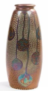 Zsolnay Pécs Évocation japonisante Épreuve en céramique émaillée au décor, iridescent or, vert et violet (dit à l'éosine), de rondes de carpes et de semis floraux dans des bulles en chute du col sur fond de pastilles circulaires. Le pourtour du col est souligné de subtils et discrets motifs géométriques filigranés traités dans le goût de l'Asie. Circa 1900. Porte le cachet ZSOLNAY Pecs et les numéros 6832 et 84 sous la base. Hauteur : 26,5 cm 16/11,4eE