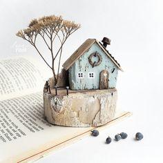 ЗАНЯТ. ~ домик в деревне ~ Дрифтвуд-арт. ⚫ 1900₽ + 200 почта по России .................... * Высота без веточки 8,5 см, веточка вынимается, можно вставить любую. * Сделано из дерева с берега моря плюс акрил.краски, гвоздики, проволока. .................... Доставка только по России/Only for Russia. . . #ленатом #ручныедомики_ленытом #маленькийдомик #домиквдеревне #миниатюра #издерева #дрифтвуд #driftwood #woodenart #handmadegifts #hendmade #instacraft #crafts #mybeigelife #rustic #homedecor…