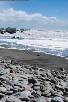 Las playas son una parte importante de la cultura de Nueva Zelanda porque son todo nuestro país, y Nueva Zelanda personas amamos nuestros deportes acuáticos. Esta es una playa en la costa oeste, en Taranaki. Las playas de la costa oeste de Nueva Zelanda tienen arena negra debido a que son tan ricos en hierro.
