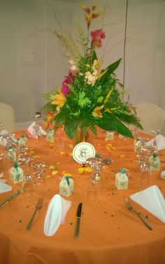 Cada una de las mesas tenia una arreglo diferente pero todos de flores tropicales