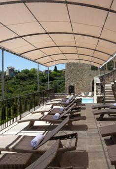 Détendez-vous au bord de la piscine et profitez de la vue exceptionnelle sur le Luberon... Spa Luxe, Outdoor Furniture, Outdoor Decor, Provence, Sun Lounger, Conference Room, Table, Home Decor, Chaise Longue