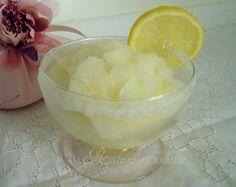 Con l'arrivo della bella stagione, una fresca e dissetante granita al limone è sempre gradita. Facile da preparare, genuina e buona come quella del bar.