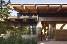 Tumble Creek-Kabine von Coates Design Architects in Washington, USA Contemporary Cabin, Contemporary Architecture, Interior Architecture, Bamboo Architecture, Sustainable Architecture, Amazing Architecture, Ideas De Cabina, Concrete Fireplace, Getaway Cabins