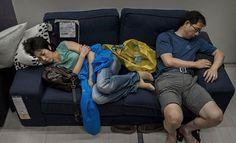 Китайцам, наконец, запретили спать в IKEA :D