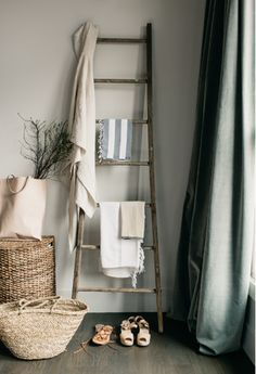 The ladder and vintage linen. Store ugly bottles in baskets. Breakfast in Bed with Zola Registry Wooden Ladder, Ladder Decor, Vintage Ladder, Ladder Hanger, Ladder Display, Ladder Bookshelf, Rustic Ladder, Breakfast In Bed, Home And Deco