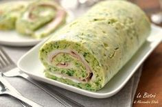 Il Rotolo di zucchine con stracchino e prosciutto cotto è una preparazione fresca e facilissima. Si prepara con pochissimi ingredienti ed è buonissimo.