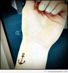 Tatuaje pequeño ancla en la muñeca