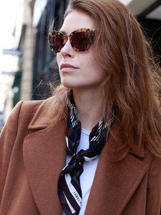 スカーフの巻き方【固結び】 Denim Fashion, Womens Fashion, How To Wear Scarves, Neck Scarves, Scarf Styles, Winter Fashion, Feminine, Casual, Scarf Outfits