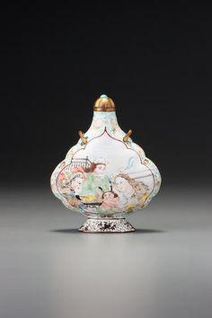 A 'famille-verte' enamel on copper with gold 'European figures' snuff bottle Guangzhou, 1705–1718