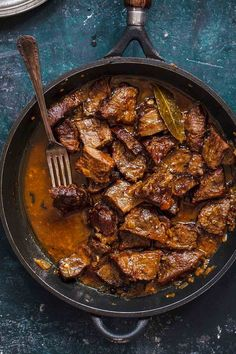 A cast iron skillet with cacoila--or chucks of Portuguese stewed beef, bay leaf, and a fork Top Recipes, Meat Recipes, Cooking Recipes, Stewing Beef Recipes, Linguica Recipes, Vegetarian Recipes, Recipies, Portuguese Recipes, Portuguese Food