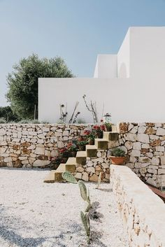 Exploring Masseria Moroseta, a new bed and breakfast set in the hills of the Italian countryside, in Puglia, by Barcelona-based architect Andrew Trotter. Italian Farmhouse, Rustic Italian, Italian Home, Beautiful Architecture, Modern Architecture, Exterior Design, Interior And Exterior, Country Modern Home, Mediterranean Style