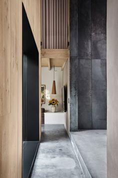 David Thulstrup 스튜디오는 코펜하겐에 있던 공장 건물을 포토그래퍼를 위한 주거공간으로 탈바꿈 시켰다. 식물이 채워진 아트리움, 벽돌과 목재, 그리고 철강으로 구성된 벽이 특징인 이 집은 리노베이션 과정을 통해 기존에 있던 벽돌의 분계선을 건축가는 그대로 이용하고 싶었다. 창문이 거의 없는 벽이었기에 주택의 정가운데에 유리를 끼운 아트리움을 놓음으로써 3개 층에 이르는 건물 전체에 채광이 잘 통하도록 하였..