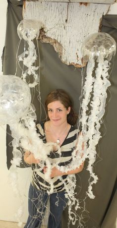 Emily Rigney, a fourth-year art and biology student at VIU, has created replicas of jellyfish made from discarded water bottles and garbage bags that wash up on Nanaimo beaches. Jellyfish Light, Jellyfish Art, Recycled Art Projects, Deco Nature, Trash Art, Plastic Art, Plastic Recycling, Environmental Art, Science Art