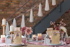 Mit Kreidefarbe, Blüten und herbstlichen Naturmaterialien werden gewöhnliche Konservendosen zu individuellen Geschenken, Dekoration oder Mitbringseln.