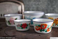 emaliastia,emalikulho Vintage Housewife, Enamel Ware, Old Recipes, Old Ads, Country Kitchen, Tins, Homemaking, Finland, Kitchen Decor