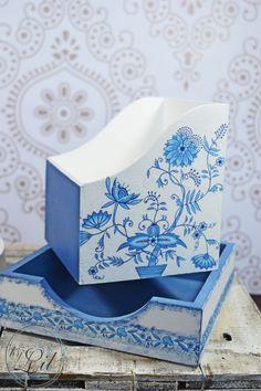 Niebieski pojemnik na przyprawy oraz serwetnik