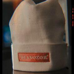 Bonnet brodé Deanozor blanc sur fond rouge