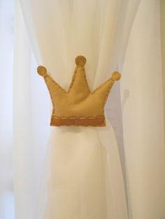 Prendedores de Cortina Coroa 2 unidades ( preço referente ao par ) Preso na cortina através de fita de cetim Feito de feltro a mão Cores diversas R$ 29,70