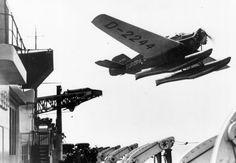 """Momento del lanzamiento de un hidroavión Junkers Ju46 desde el buque alemán """"Europa"""" para acercar el correo a su destino"""